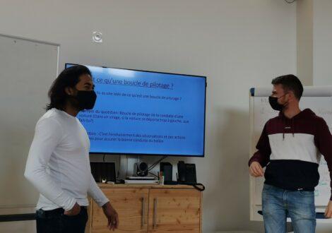 instructeurs donnant un cours théorique