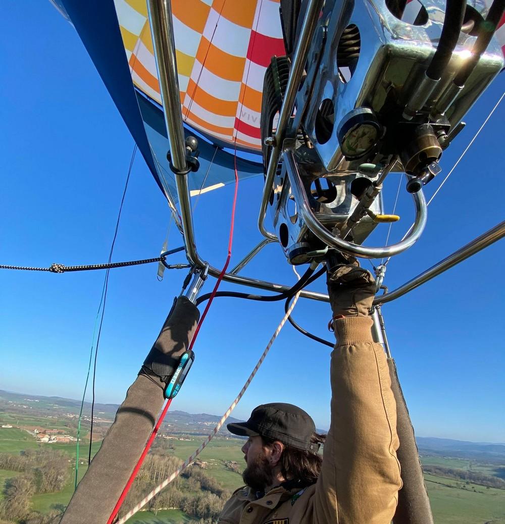 Elève pilote de montgolfière en formation